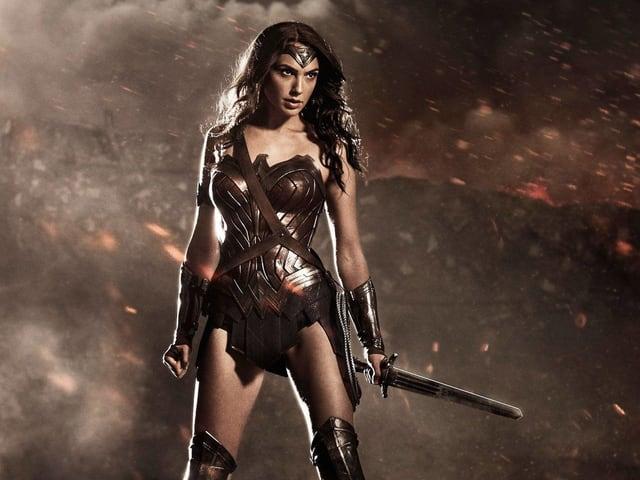 Wonder Woman steht mit Schwert da.