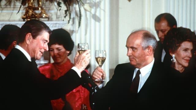 -Praesident Ronald Reagan (l) und der sowjetische Ministerpraesident Michail Gorbatschow stossen am 8. Dezember 1987 in Washington auf den von den USA und der UdSSR unterzeichneten INF-Vertrag an