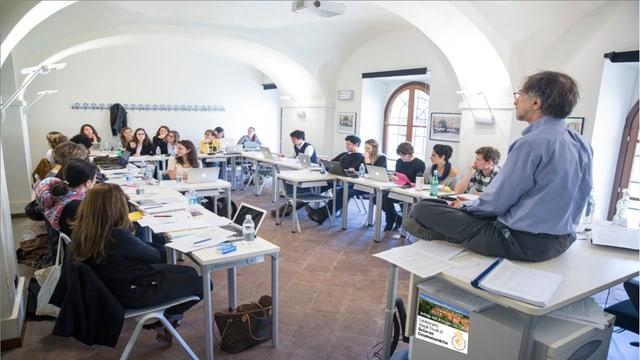 Ein Bild eines Klassenzimmers an der Universität.
