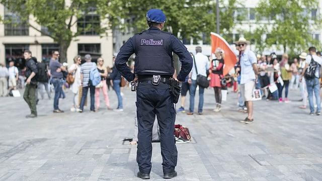 Polizist auf einem Platz.