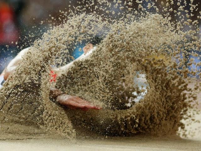 Wang Jianan landet in der Sandgrube.
