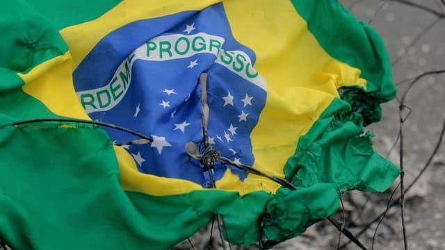 Ina bandiera da la Brasilia sdrappada.