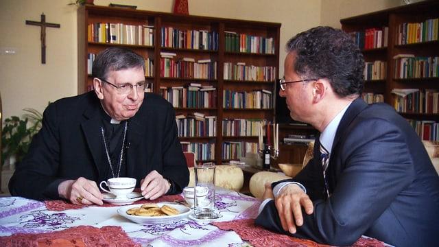 Kardinal Kurt Koch beim Kaffee zusammen mit Norbert Bischofberger (rechts im Bild).