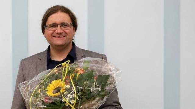 Blumen für den Sieger: Jörg Mäder nach der Nomination.