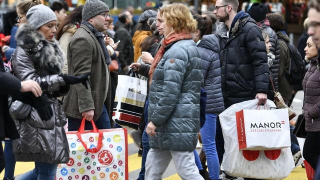 Menschen auf der Strasse mit Einkaufstaschen