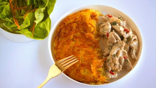 Flambiertes Zürigschnätzlets mit Rösti und Salat.