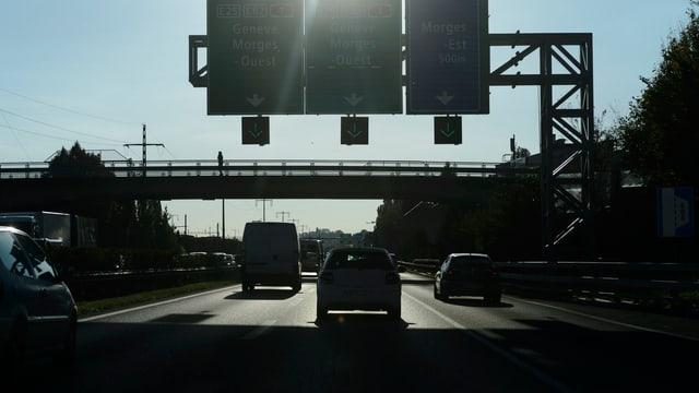 Autobahn mit vielen Autos.