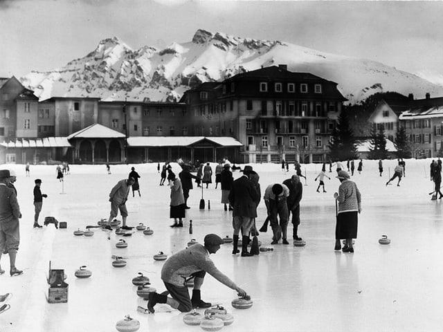 Ein Eisfeld mit Curlingspielern.