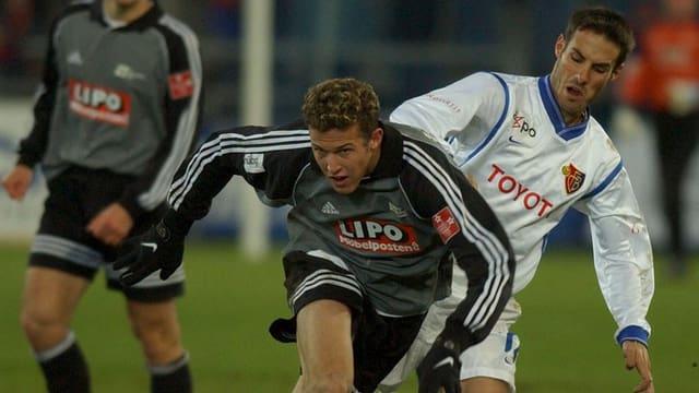 Zwischen 2001 und 2002 war Marco Streller bei Concordia Basel engagiert. Hier misst er sich im Cup 2001 mit Basels Sebastien Barberis.