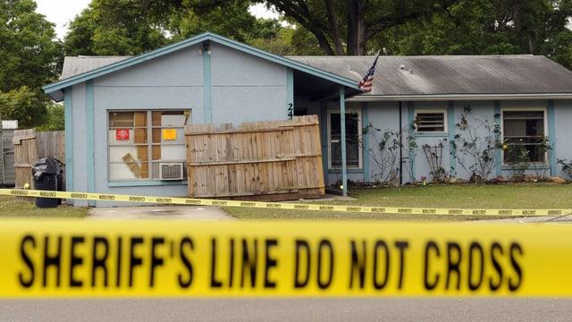 Haus in Seffner, Florida, unter dessen sich ein Sinkloch aufgetan und einen Mann verschluckt hat. (reuters)