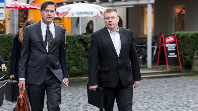 Ignaz Walker und sein Verteidiger zu Prozessbeginn auf dem Weg ins Gericht.