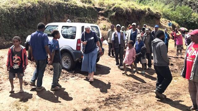 Eine Ordensschwester inmitten einer Gruppe von Menschen.