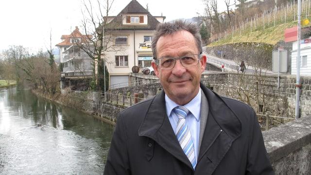 Der Obwaldner Baudirektor Paul Federer vor der zur Zeit ruhigen Sarneraa.