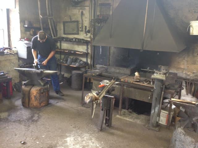 Hufschmied-Werkstatt mit Ofen.