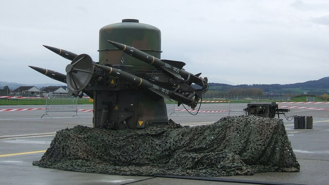 Geschützturm mit Raketen auf einer Asphaltfläche aufgestellt.