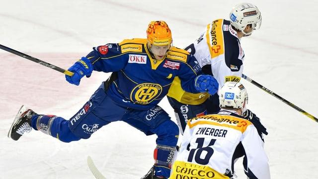 Perttu Lindgren èn cumbatt per il puck.