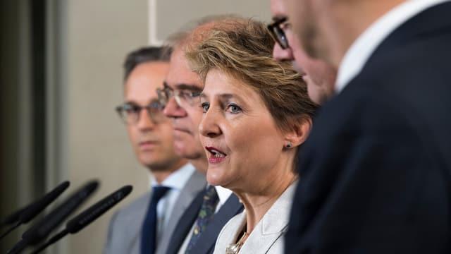 Cussegliera federala Simonetta Sommaruga suenter l'inscunter cun ses collegas da la Germania, Austria, Lichtenstein e Luxemburg.