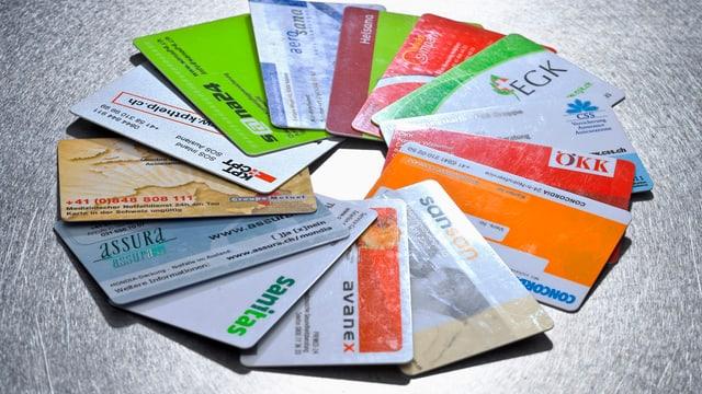Versicherungskarten von verschiedenen Krankenkassen.