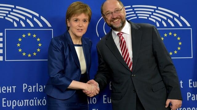 Die schottische Regierungschefin Nicola Sturgeon wird von Martin Schulz begrüsst
