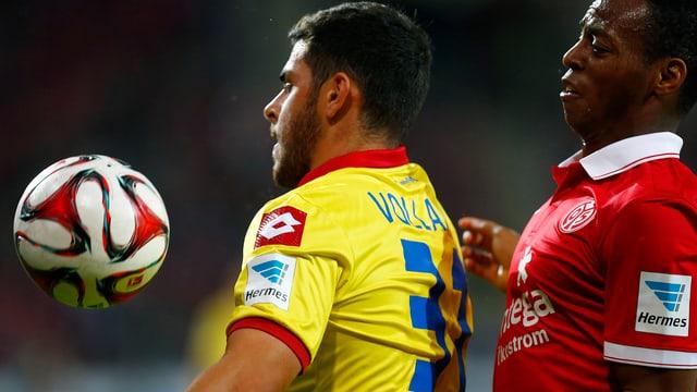 Hoffenheims Kevin Volland verteidigt gegen Junior Diaz den Ball.