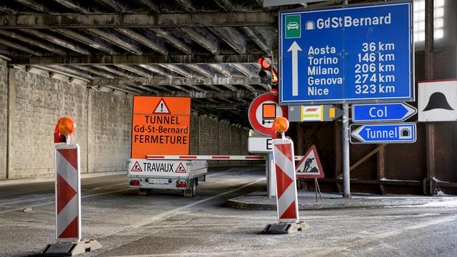 Tunneleingang mit Schildern