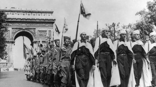Harkis vor dem Arc de Triomphe im Jahr 1957