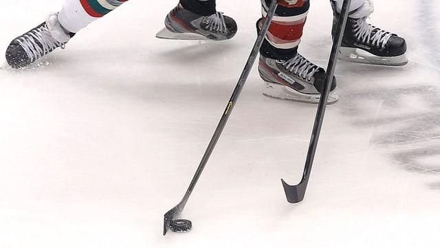 In cumbat per in puck da hockey sin glatsch.