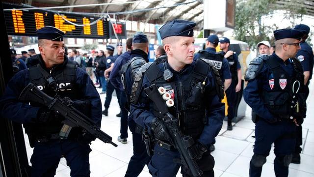 Schwer bewaffnete Polizisten in einem französischen Bahnhof.