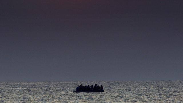 Schlauchboot treibt auf dem Mittelmeer