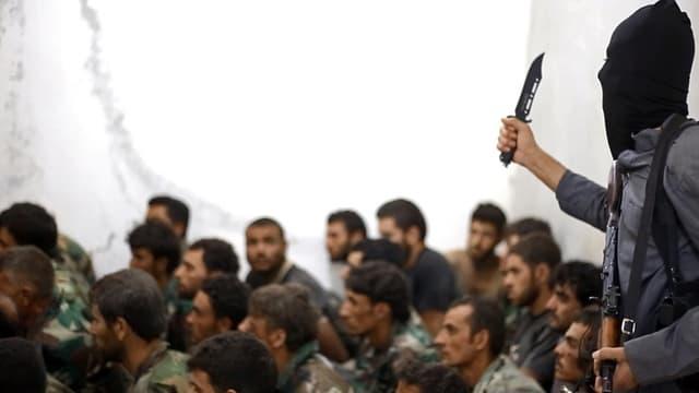 IS-Kämpfer mit einem Messer