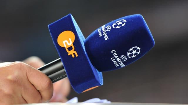Ein Mikrofon mit den Logos der Champions League und des ZDF.
