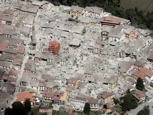 Vogelperspektive von Amatrice kurz nach dem Erdbeben.