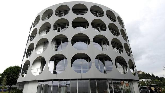 Rundes Gebäude in Anlehnung an eine Konservendose.