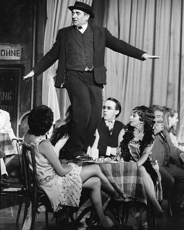 Ruedi Walter in der Hauptrolle des Bäuerlein Heiri aus Hausen in der «Kleinen Niederdorfoper» von Paul Burkhard, 1968.