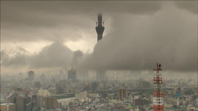 Die Stadt Tokio - über ihr hängen dicke Rauch und Nebelschwaden