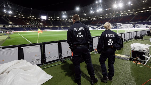 La polizia da Hannover en il stadion.