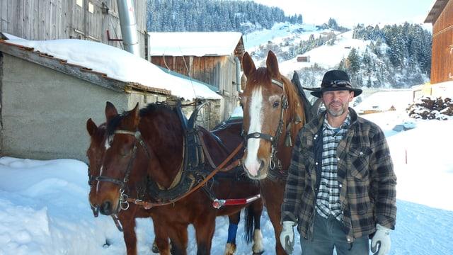 Edi Hess cun ses chavals Miki, Amoretto e Volero.