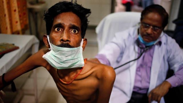 Tuberkulose-Patient in Indien, und Arzt