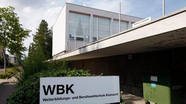 Purtret da la scola: WBK (Weiterbildungs- und Berufswahlschule Küsnacht)