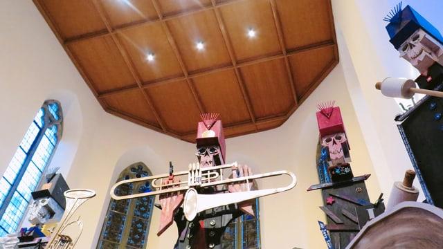 Die Figuren von Bruno Arn in der Kirche.