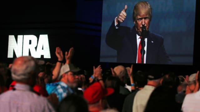 Menschen klatschen am NRA-Kongress Trump zu. (reuters)