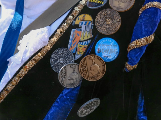 Sin in tschop blau bleras medaglias da metal.