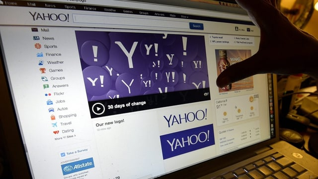 Ein Finger deutet auf eine Yahoo-Internetseite