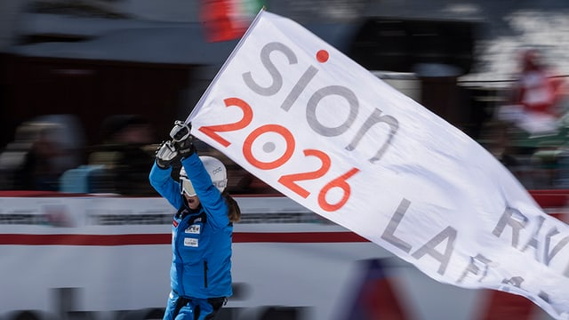 Skifahrerin mit einer Fahne.
