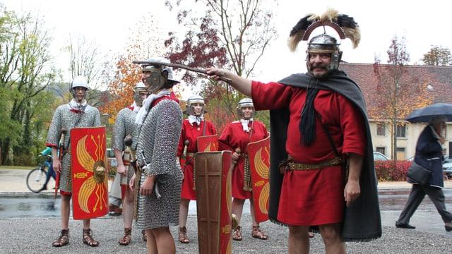 Mehrere Personen in alten historischen Kleidern aus der Römerzeit.
