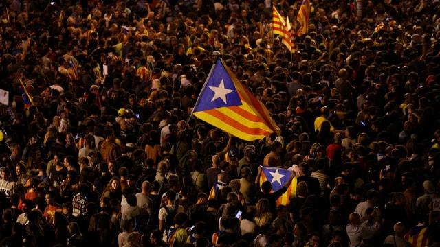 Demonstranten mit katalonischer Flagge.