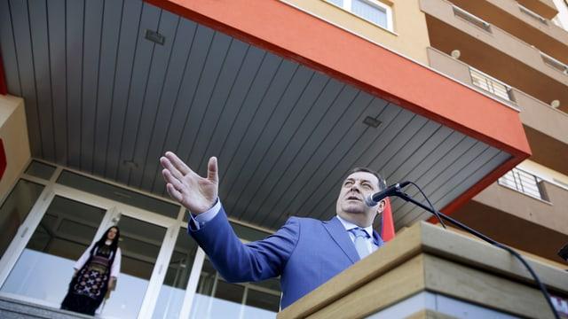 Dodik am Rednerpult vor dem neuen Studentenheim.