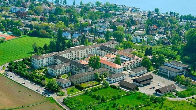 Blick von Oben auf das Gelände der Psychiatrischen Universitätsklinik Zürich mit Park und See.