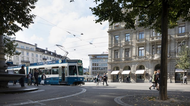 Menschen und Tram auf dem Zürcher Paradeplatz
