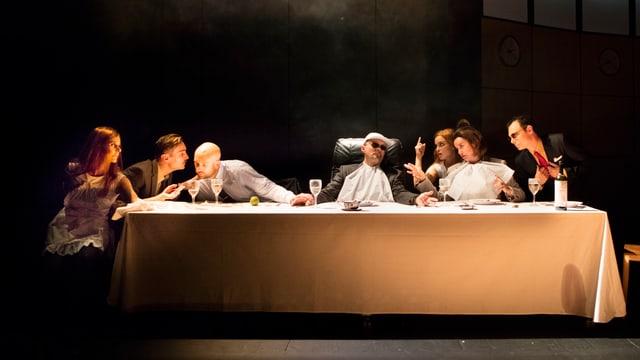 Schauspieler sitzen an einem Tisch